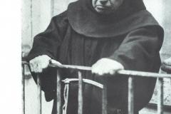 Fra' Giuseppe affacciato al balcone